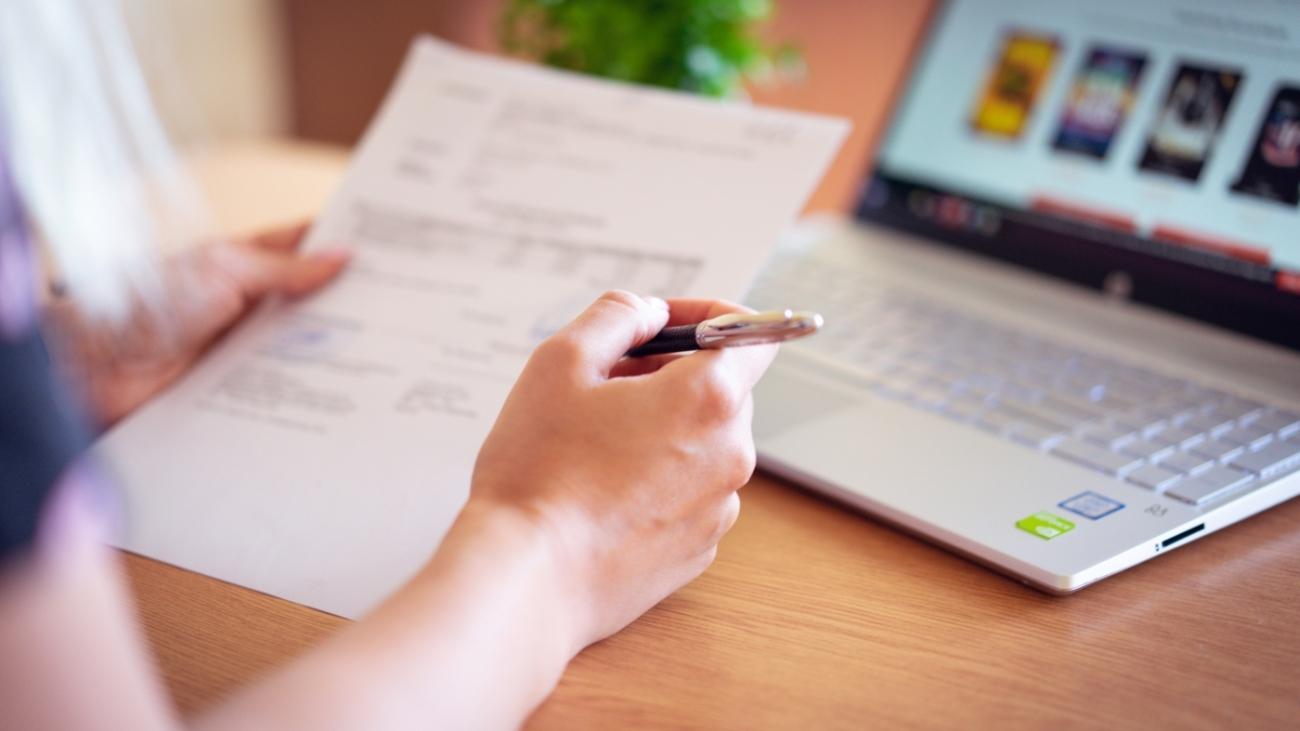 hand-laptop-paper-2646033-1400x788